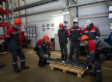 ОМК тестирует экзоскелеты для облегчения труда сотрудников